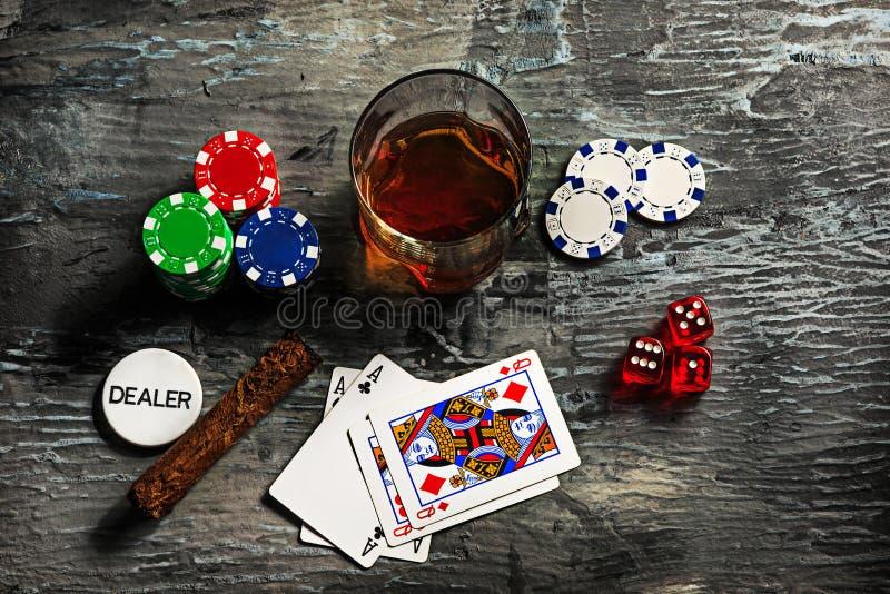 Cigarr chiper för dobblerier, drink och spelakort royaltyfri fotografi