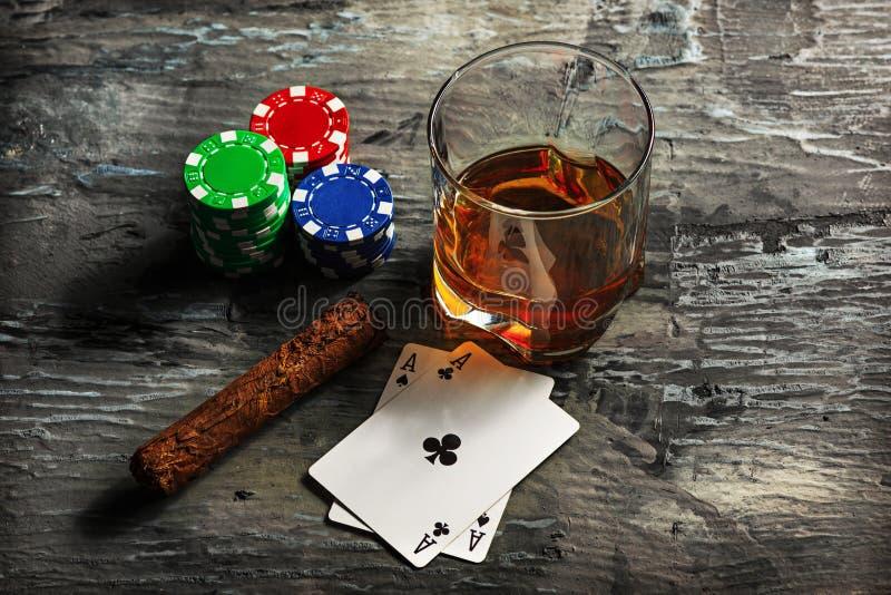 Cigarr chiper för dobblerier, drink och spelakort royaltyfria bilder