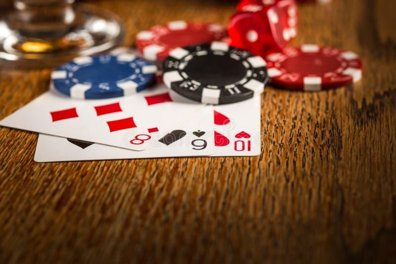 Cigarr chiper för dobblerier, drink och spelakort arkivfoton