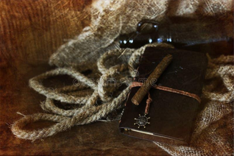 Cigarr och läder på en träbakgrund med retro skrapat ef arkivfoton