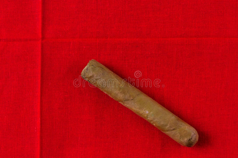 Cigarr på den röda torkduken royaltyfri fotografi