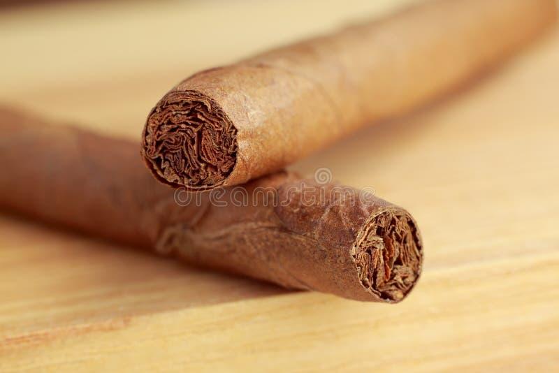 Cigarrer på träbräde arkivfoton