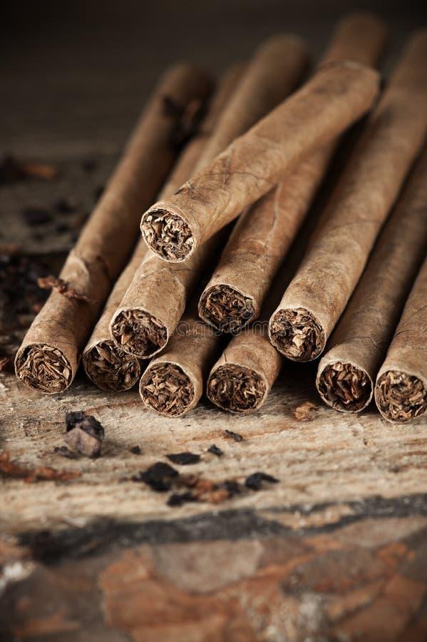 Cigarrhög på trä arkivbilder