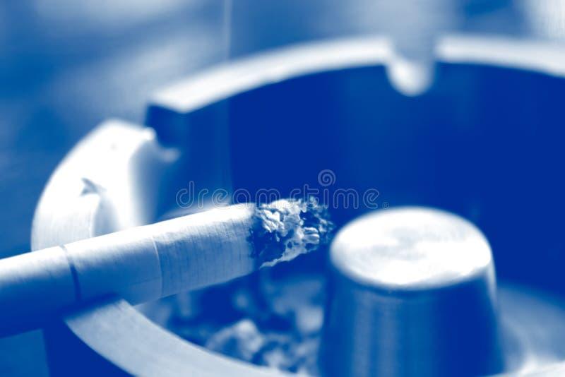 Cigarrillo imagenes de archivo