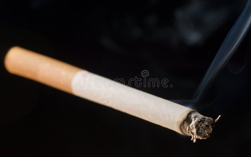 Cigarrillo en fondo negro fotografía de archivo libre de regalías