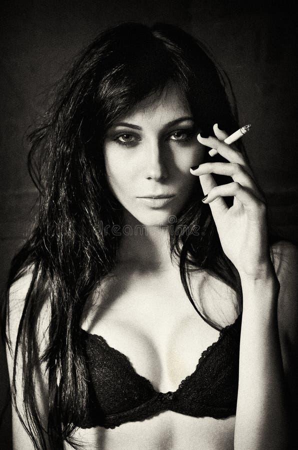 Download Cigarrillo Que Fuma De La Mujer Bastante Joven Efecto Del Grano De La Película Imagen de archivo - Imagen de labios, modelo: 42446427