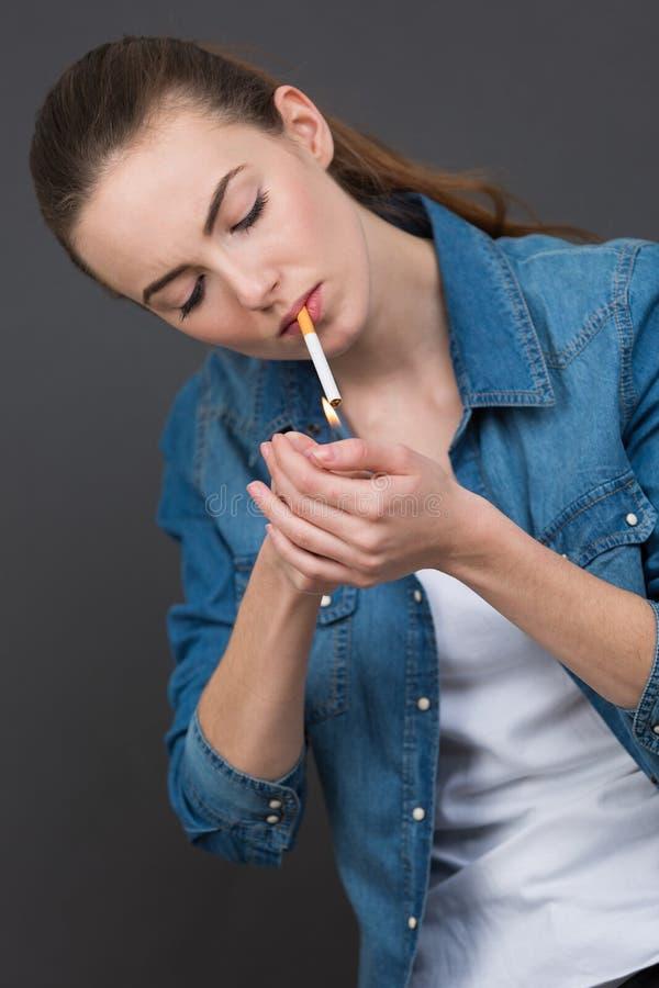 Cigarrillo que fuma de la mujer hermosa fotos de archivo libres de regalías