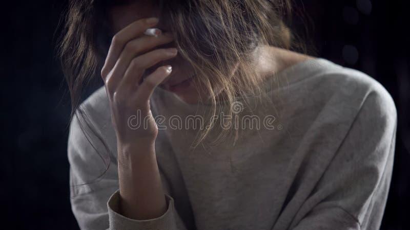 Cigarrillo que fuma femenino presionado, pensando en problemas de la vida, apego imágenes de archivo libres de regalías