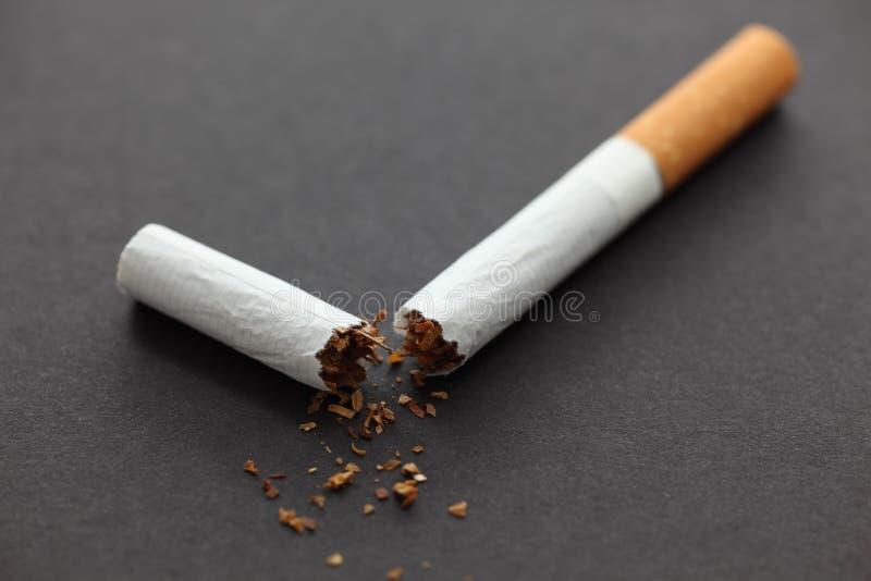 Cigarrillo quebrado foto de archivo
