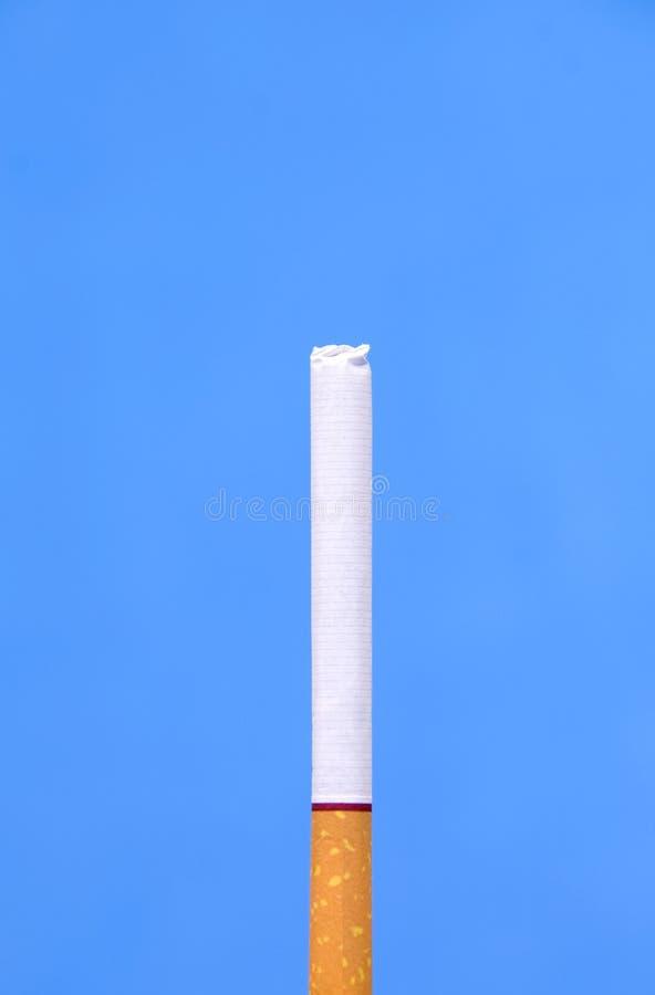 Cigarrillo sobre azul imagen de archivo