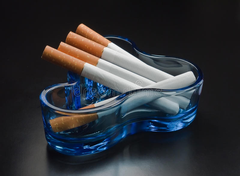 Cigarrillos y ceniceros. fotografía de archivo