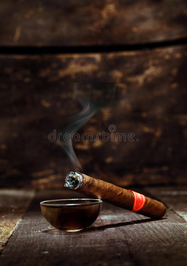 Cigarro cubano de lujo ardiente foto de archivo libre de regalías