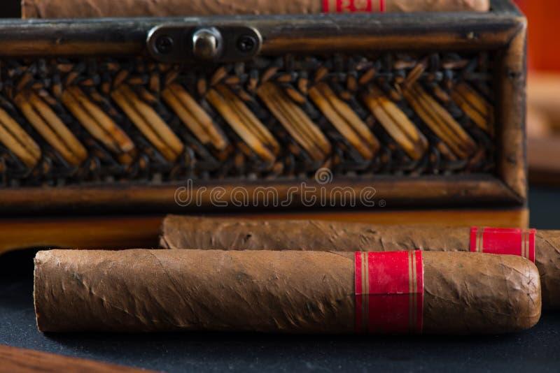 Cigarro cubano relajante después del día duro fotos de archivo