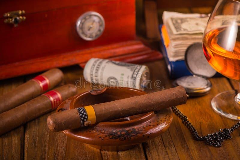 Cigarro cubano relajante después del día duro imágenes de archivo libres de regalías