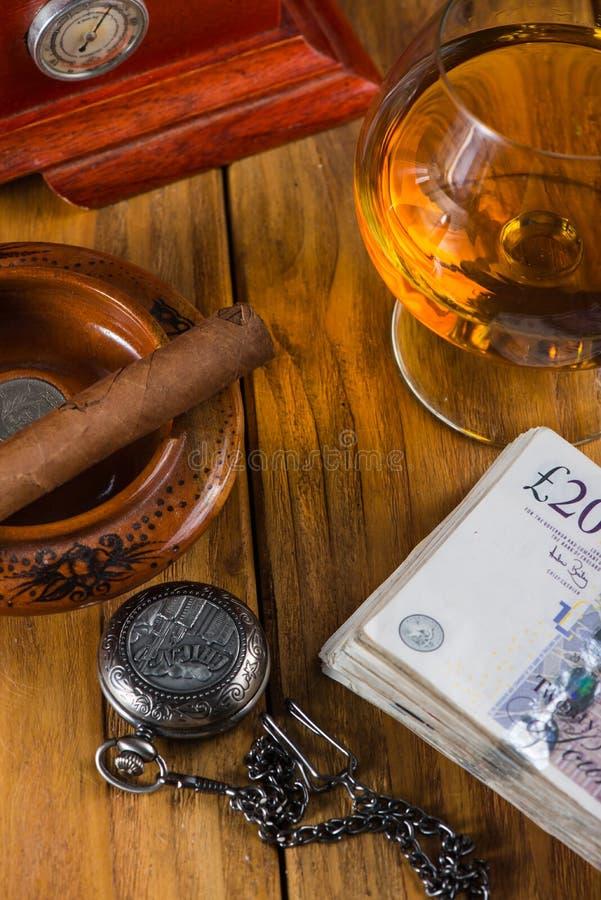 Cigarro cubano relajante después del día duro imagenes de archivo