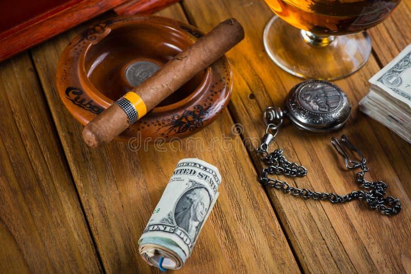 Cigarro cubano relajante después del día duro fotografía de archivo libre de regalías