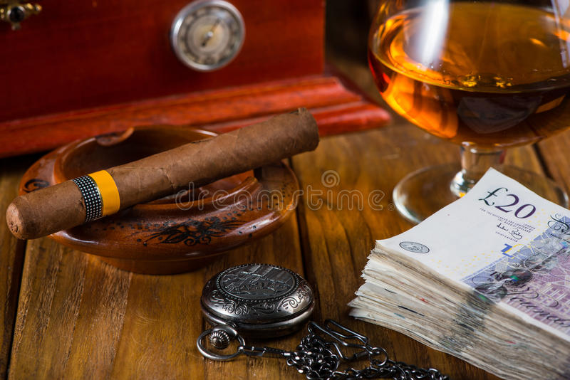 Cigarro cubano relajante después del día duro imagen de archivo