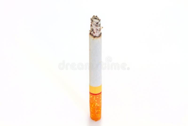 Cigarro da queimadura no branco fotos de stock royalty free