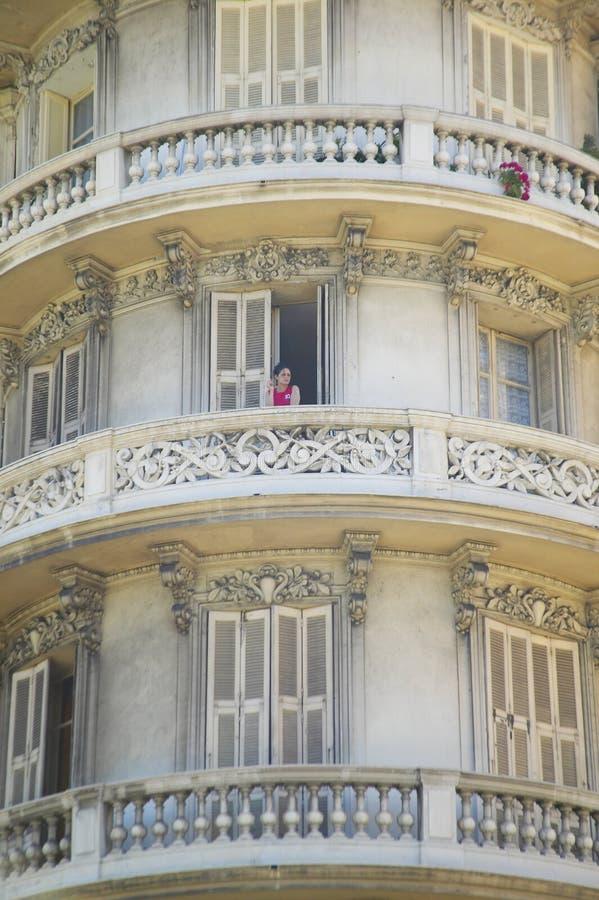Cigarro de fumo da menina no balcão do apartamento, agradável, França fotografia de stock