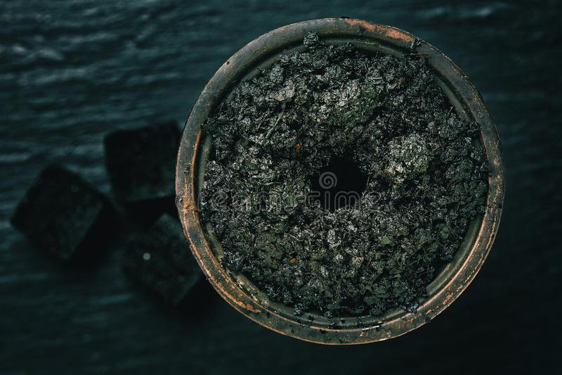 Cigarro do cachimbo de água em uma bacia imagens de stock royalty free