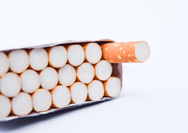 Cigarro e despertador isolados no fundo branco imagem de stock royalty free
