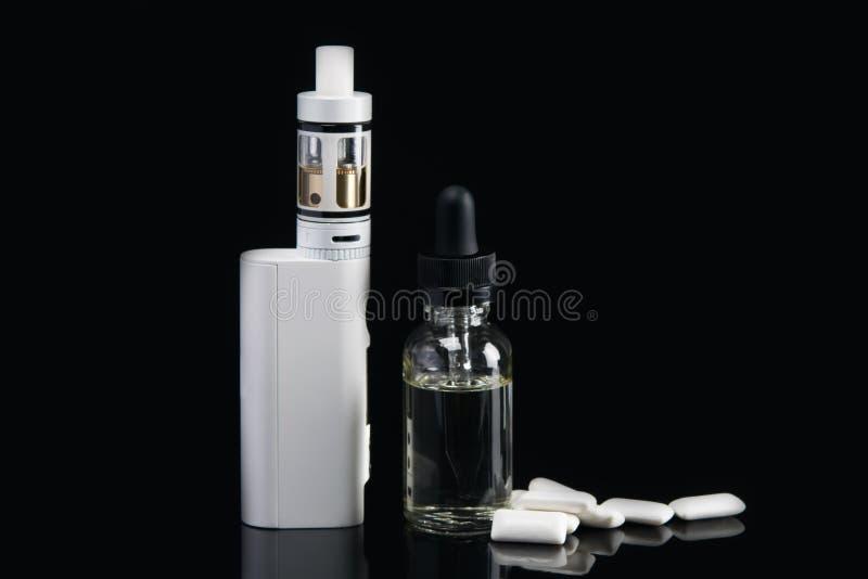Cigarro eletrônico com molho para ela, sabor da pastilha elástica em um fundo preto, com um choque imagens de stock