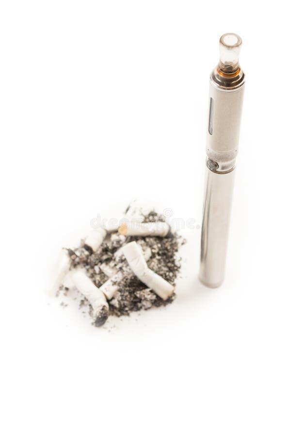 Cigarro eletrônico contra pontas de cigarro normais fétidos sujas fotos de stock royalty free
