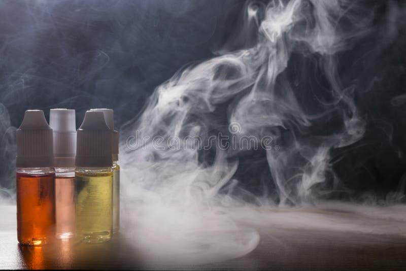 Cigarro eletrônico, dispositivo vaping com fundo do líquido de e fotografia de stock