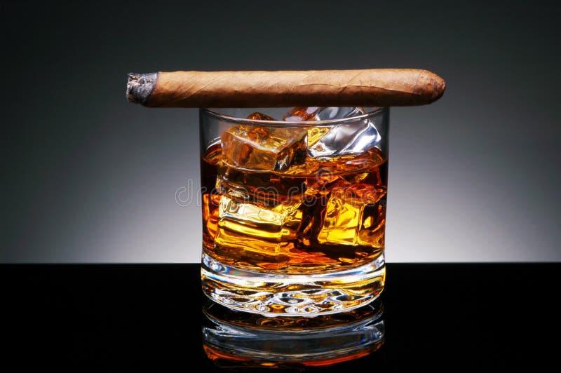 Cigarro en bebida imagen de archivo libre de regalías