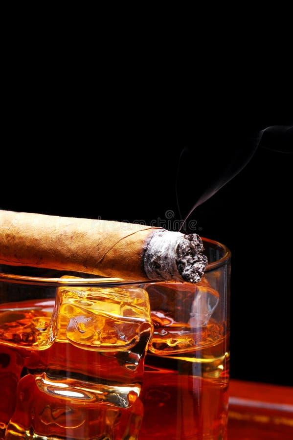 Cigarro en el whisky imagenes de archivo