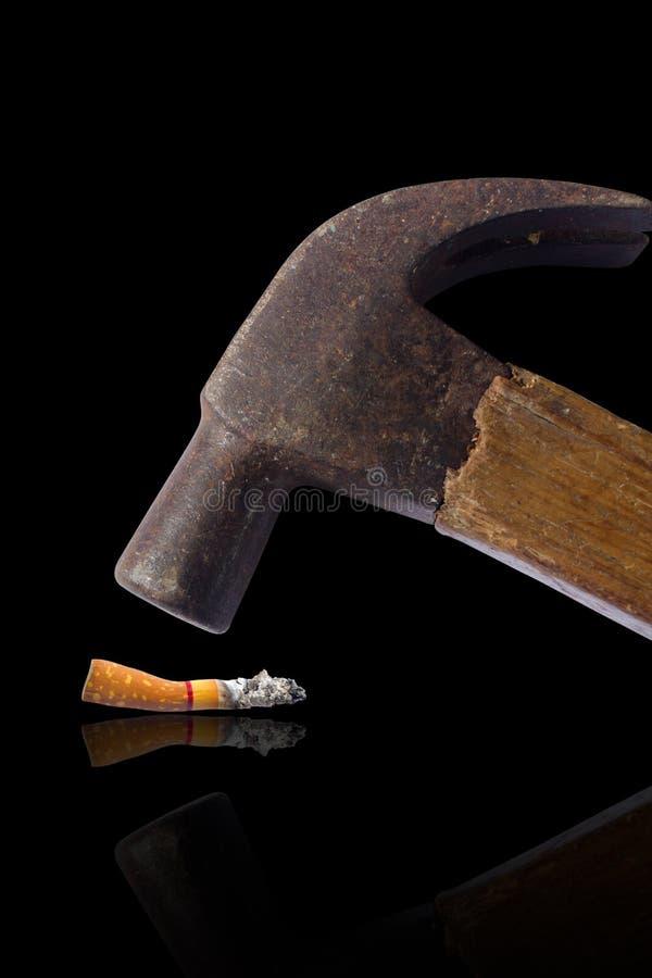 Cigarro martelado isolado no preto fotos de stock royalty free