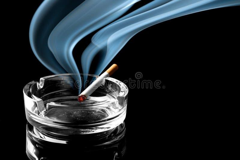 Cigarro no cinzeiro foto de stock royalty free