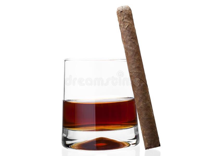 Cigarro sobre un vidrio de whisky imágenes de archivo libres de regalías