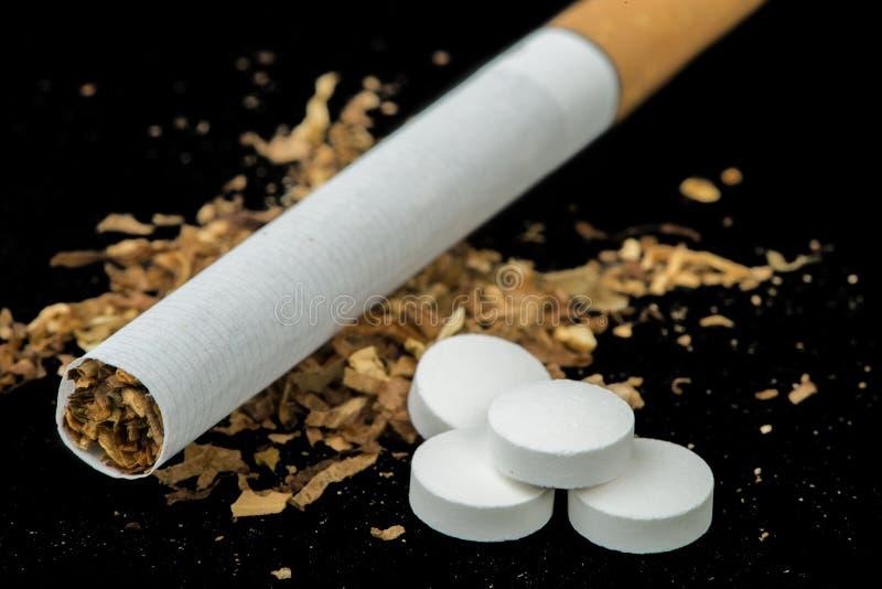 Cigarro, tabaco e comprimidos fotos de stock