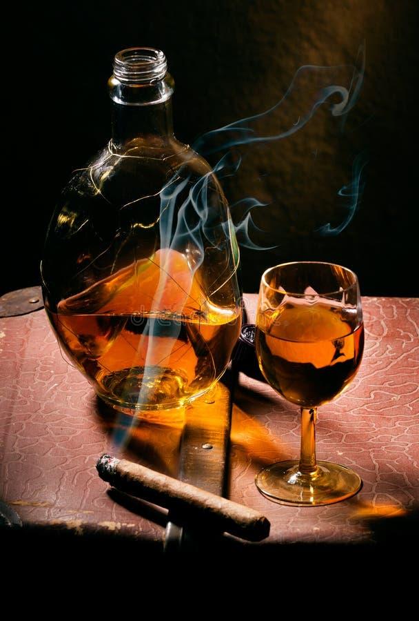Cigarro y coñac fotografía de archivo libre de regalías