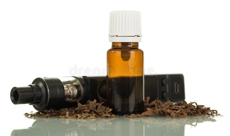 Cigarros e líquido pretos eletrônicos para vaping imagens de stock royalty free