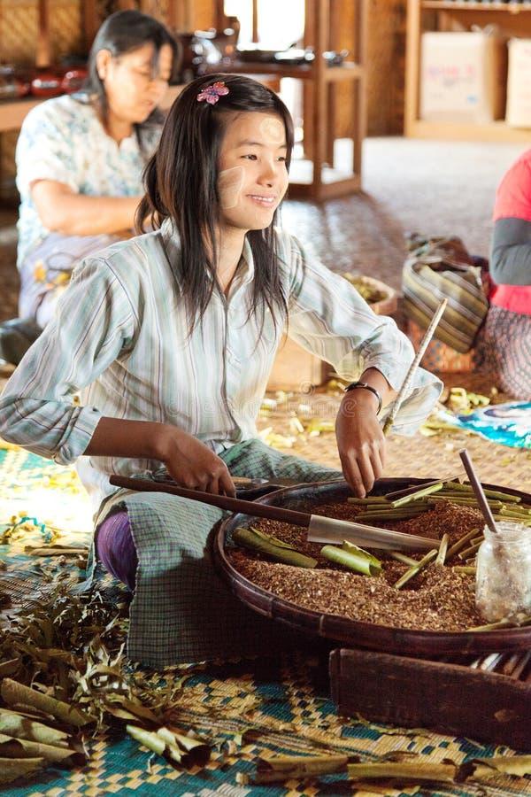 Cigarros feitos a mão no lago Inle, Myanmar imagens de stock