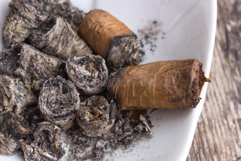 Cigarros inacabados en un cenicero foto de archivo