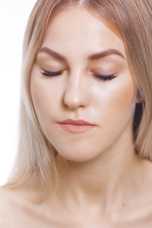 Cigli di estensione Ritratto di bella giovane donna con pelle perfetta Bellezza e cura Salone della stazione termale fotografia stock