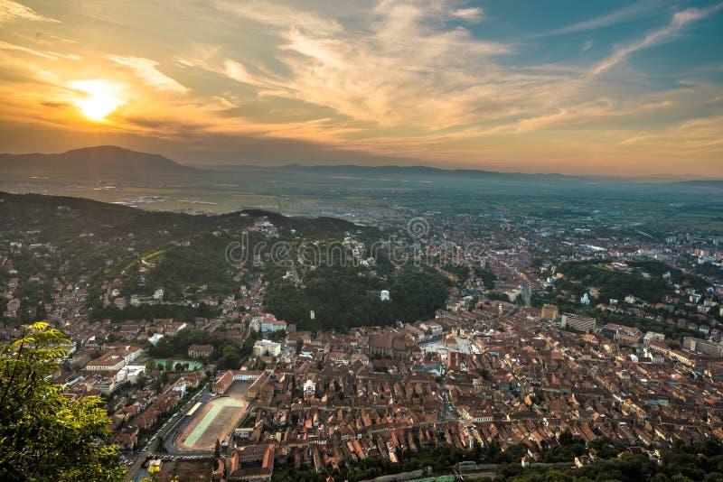 Ciity di Brasov visto da sopra al tramonto fotografia stock libera da diritti
