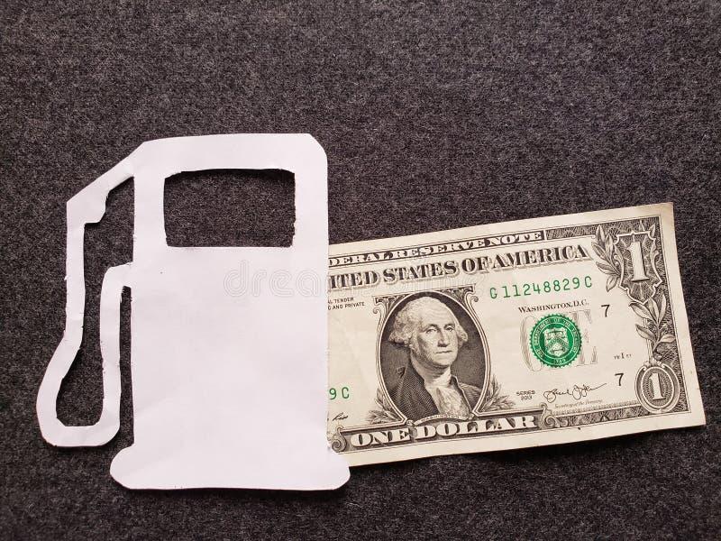 cijfer van benzinepomp in wit en één dollarrekening stock fotografie