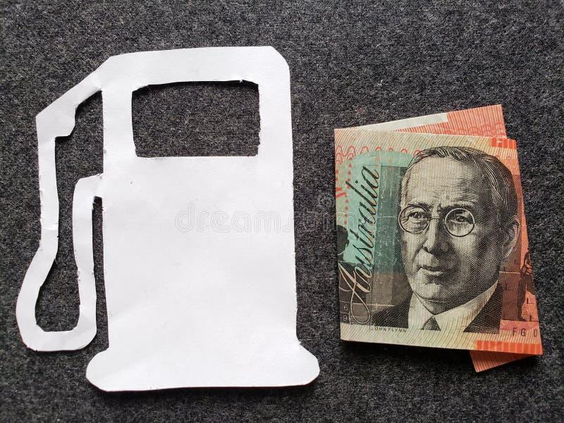 cijfer van benzinepomp in wit en een Australisch bankbiljet van twintig dollars stock afbeeldingen