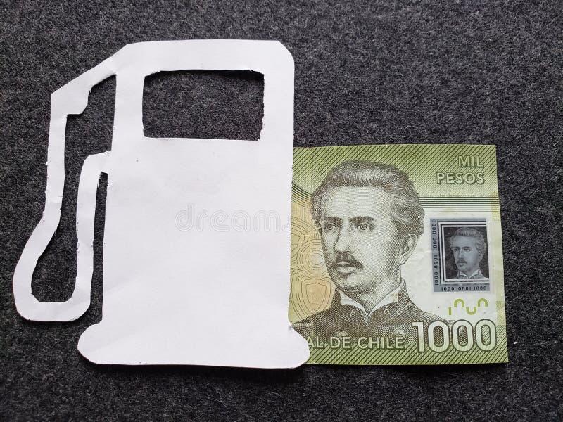 cijfer van benzinepomp in wit en een Chileens bankbiljet van 1000 peso's royalty-vrije stock foto's