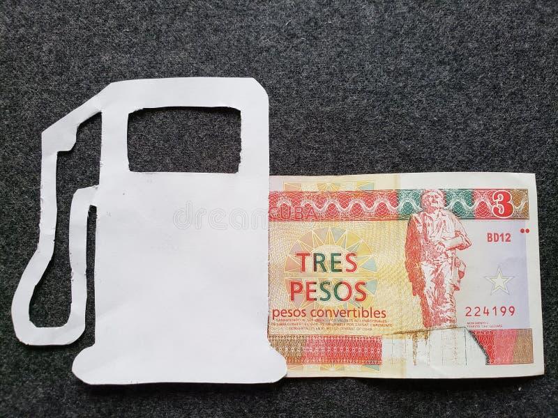 cijfer van benzinepomp in wit en een Cubaans bankbiljet van drie peso's convertibles royalty-vrije stock afbeeldingen
