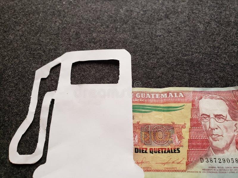 cijfer van benzinepomp in wit en een Guatemalaans bankbiljet van tien quetzales stock afbeelding