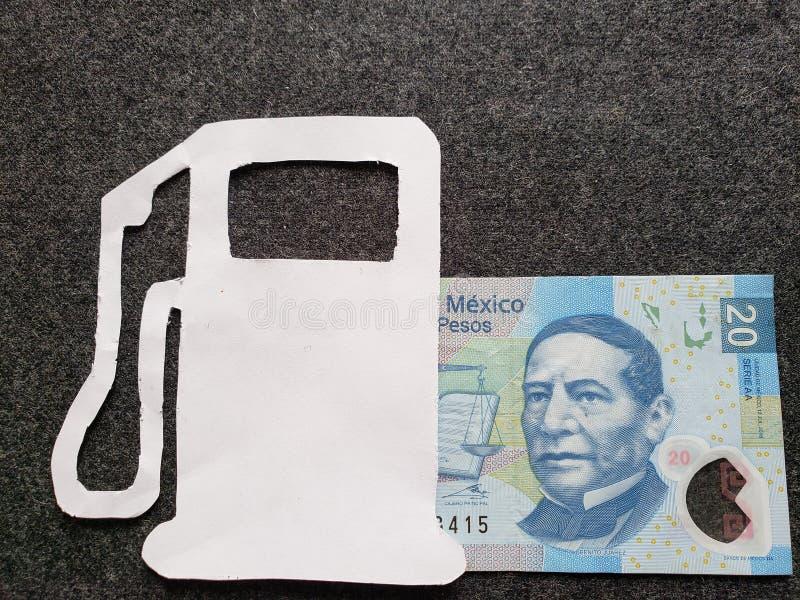 cijfer van benzinepomp in wit en een Mexicaans bankbiljet van twintig peso's stock afbeelding