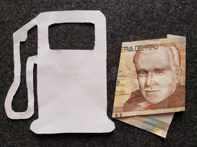 cijfer van benzinepomp in wit en een Peruviaans bankbiljet van twintig zolen royalty-vrije stock foto's