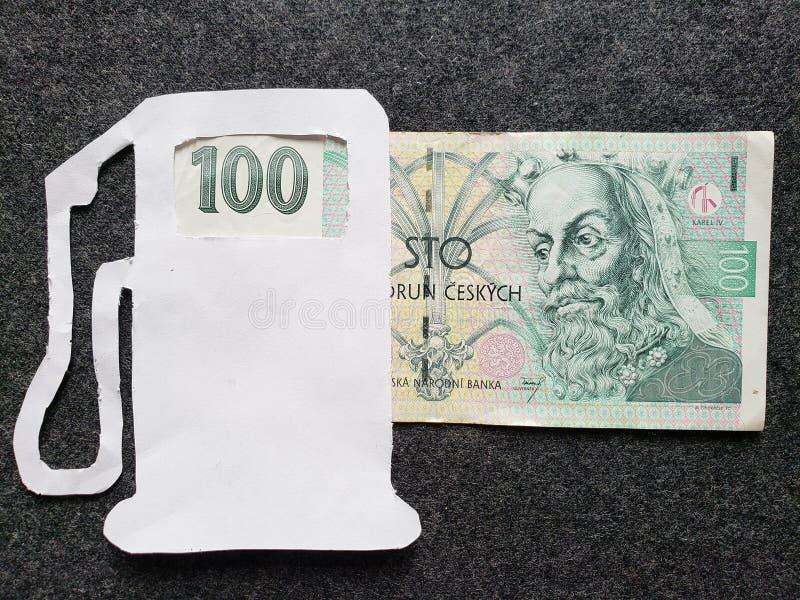 cijfer van benzinepomp in wit en een Tsjechisch bankbiljet van korun 100 royalty-vrije stock fotografie