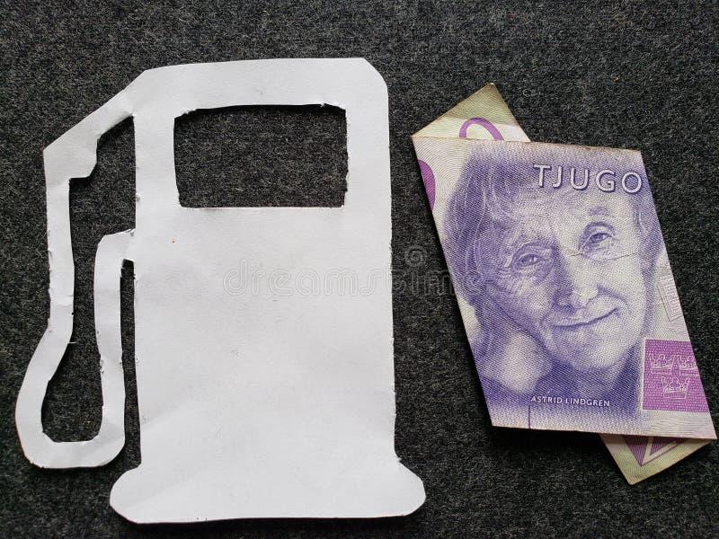 cijfer van benzinepomp in wit en Zweeds bankbiljet van kronor twintig royalty-vrije stock foto