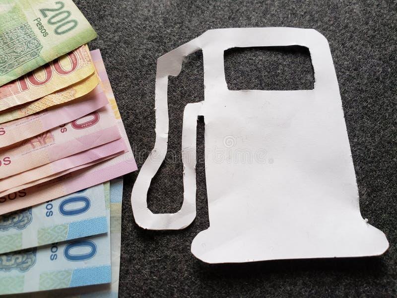 cijfer van de benzinepomp in Witboek en Mexicaanse bankbiljetten van verschillende benamingen royalty-vrije stock foto's